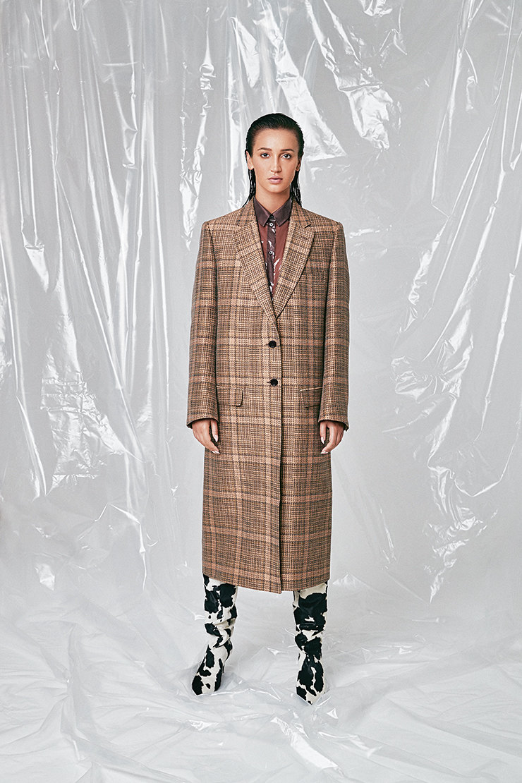 Блузка, Jil Sander; пальто, Dries Van Noten; сапоги, Attilio Giusti Leombruni